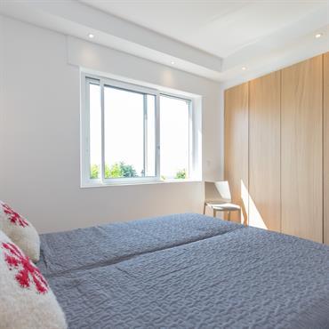 Chambre à coucher - rez-de-chaussée avec placards muraux.