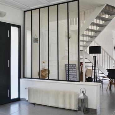 Cette grande pièce a été structurée par la couleur (gris anthracite), les vitres d'atelier et les ambiances. La touche de ... Domozoom