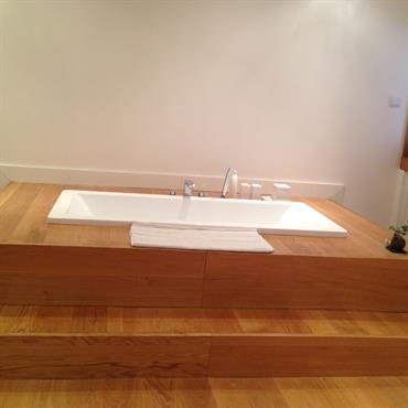 Rénovation d'une maison et aménagement de la cuisine, la chambre en bois massif suivant les désirs des clients.  Domozoom