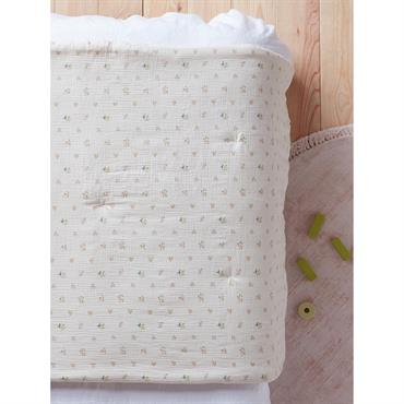 Boutis ou courtepointe en tissu gaufré, parsemé ici et là de petits fils piqués à la main. Il habille et réchauffe le lit avec beaucoup de tendresse et de moelleux. ...