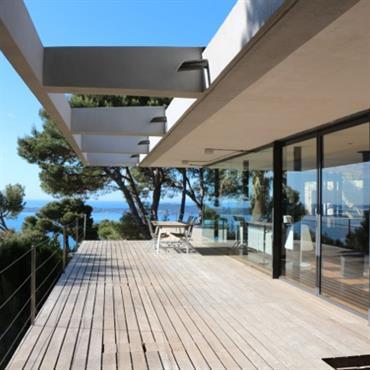 Villa contemporaine encastrée dans le terrain, porte à faux  Domozoom