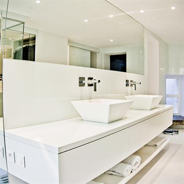 Dans les salles de bain, aérien rime avec contemporain ! C'est la tendance : les meubles sous vasque n'ont plus ... Domozoom