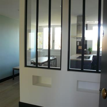 Restructuration de l'espace jour incluant salon, salle à manger et cuisine. Décoration de l'ensemble dans un style