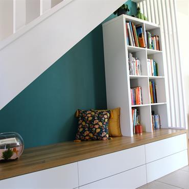 Aménagement d'une banquette avec rangements sous escalier