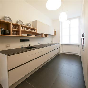 Pour la conception de cette cuisine sur-mesure, j'ai choisi un carrelage d'un mètre de côté du même coloris que le ... Domozoom