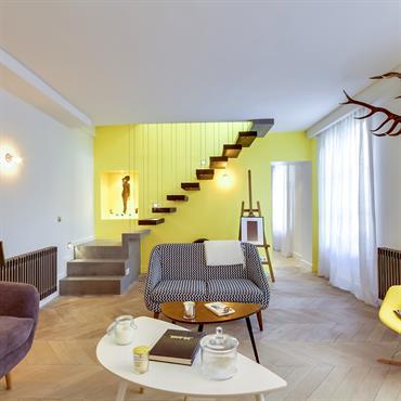 Réunion de deux petits appartements en un grand duplex avec une proposition de déco forte.  Domozoom