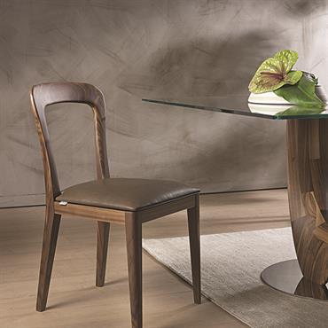 La chaise Gaya sortie lors du Salon du Meuble de Milan en 2015 est disponible en noyer massif et cuir, ... Domozoom