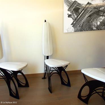 Cette chaise et table design en cuir et métal sont dessinées et conçues par le designer Jean Luc Chevallier pour ... Domozoom