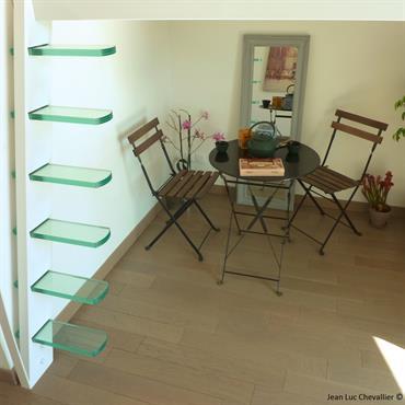 Cette mezzanine et cette échelle design aux marches suspendues sont une création de Jean Luc Chevallier pour La Stylique.  Domozoom