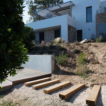 Villa contemporaine sur la corniche face aux île d'Or  Domozoom