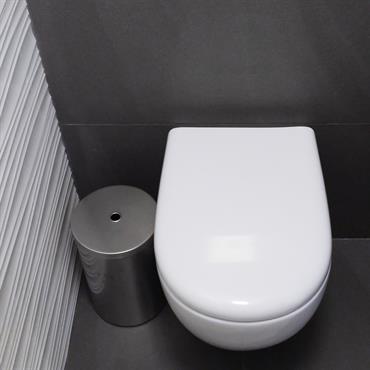 Toilettes WC design contemporain carrelage gris foncé et revêtement mural graphique à reliefs.