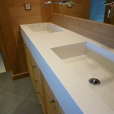 Ce magnifique plan vasque comprend deux cuves intégrées. Moulée en une seule pièce grâce à la technologie Beton Lege®, ce ... Domozoom