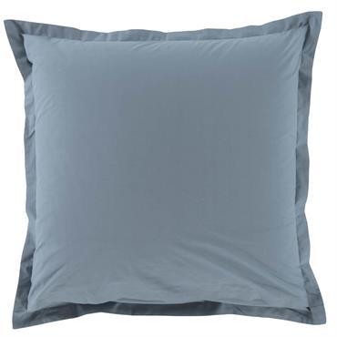 Taie d'oreiller Mezzo, en percale 100% coton peigné. Finition brodée ton sur ton, toucher glacé. Coloris ardoise. Disponible en 65 x 65 cm ou 50 x 70 cm.