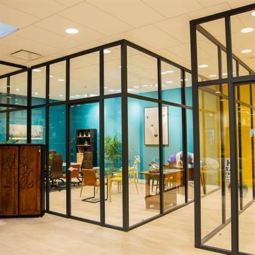 Aménagement d'un espace coworking avec cloisons amovibles style verrière. Une ambiance vitaminée qui donne envie de travailler !  Domozoom