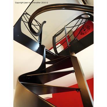 Escalier design Profil Art Nouveau débillardé, dessiné et réalisé par Jean Luc Chevallier pour La Stylique.  Domozoom