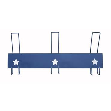 Mi-vintage, mi-indus, la patère 3 crochets en métal bleu PETIT BOLIDE sera aussi pratique que décorative. Grâce aux 3 accroches, votre enfant suspendra facilement ses petites affaires. Manteau, écharpe, peignoir... ...
