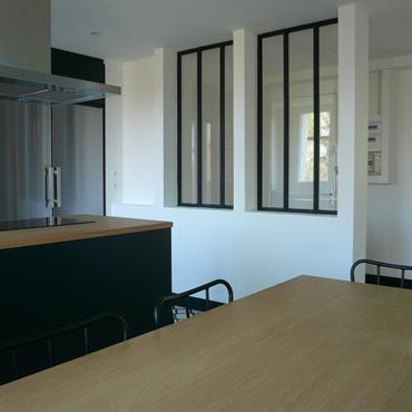 Parquet à larges lames, murs blancs, décoration sobre aux accents à peine campagnards, tel est le décor de cet appartement ... Domozoom