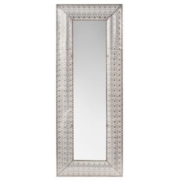 Votre pièce s'offre une pointe d'orient avec le miroir en métal argenté 50x130 ESMARA . Son large encadrement en fait un véritable élément déco ! Dans un intérieur aux influences ...