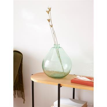 Vase boule ou ampoule, en verre transparent coloris vert. On aime ses courbes arrondies légèrement irrégulières. Un style artisanale très tendance.Détails Haut. 27 cm env. Diam. 11 cm en base ...
