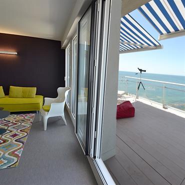 Salon coloré avec vue sur l'Océan.