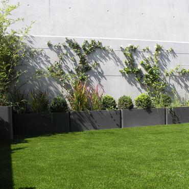 Bacs à plantes et gazon synthétique