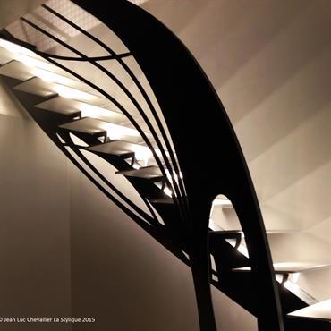 Cet escalier design en métal d'inspiration Art Nouveau est une création originale de Jean Luc Chevallier pour La Stylique.  Domozoom