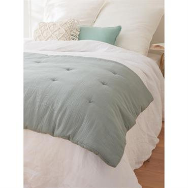 Boutis ou courtepointe en tissu gaufré, parsemé ici et là de petits fils piqués à la main. Il habille et réchauffe le lit avec beaucoup de douceur et de moelleux. ...