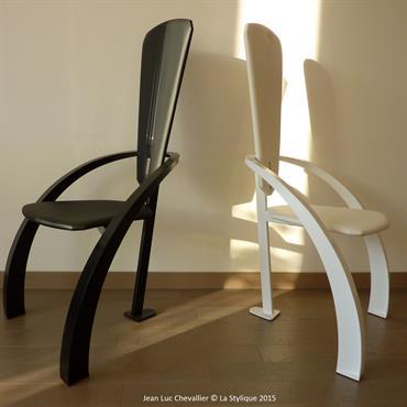 Cette chaise design Triangle en métal et cuir est une création de Jean Luc Chevallier pour La Stylique.  Domozoom