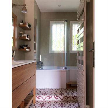Les propriétaires souhaitaient restructurer et décorer une petite pièce et la salle de bains attenante. La petite pièce devait être ... Domozoom