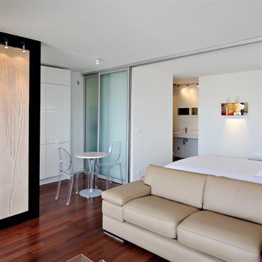 Dans cet appartement de petite surface, l'objectif est de créer une impression d'espace : en offrant des vues sur Paris, ... Domozoom