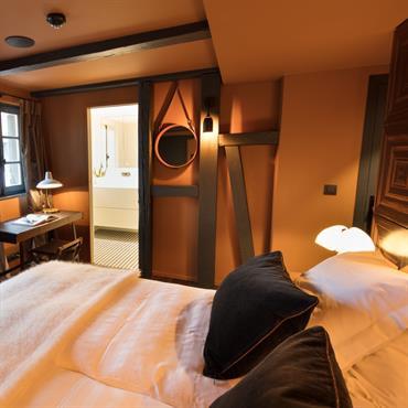 Chambre en marqueterie, plaid cachemir et ambiance chaleureuse.