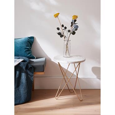 Petite table d'appoint en terrazzo et métal blanc