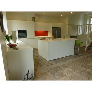 Une cuisine ouverte avec un îlot autour duquel la cuisine s'articule. Pièce centrale de la maison, la cuisine est moderne et ... Domozoom