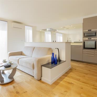 Rénovation cuisine et salon réunis - 27 m2 Pour des contraintes esthétiques, la ligne intellectuelle du projet était de faire disparaître ... Domozoom