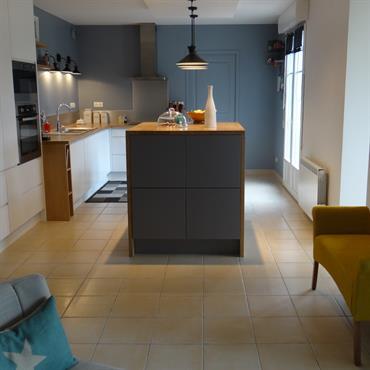C'est un esprit d'inspiration scandinave qui règne sur cette jolie cuisine. Avec ses murs gris/bleu, ses façades laquées blanches et ... Domozoom