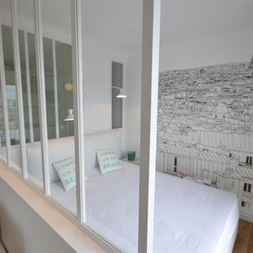 Chambre moderne avec verrière de séparation avec le salon.