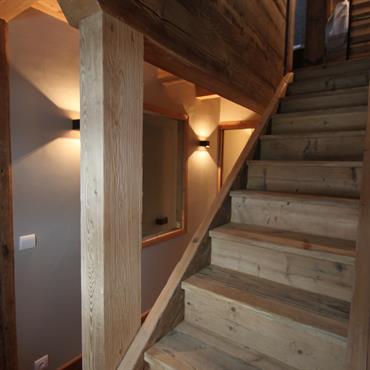 Escalier en bois clair, style chalet