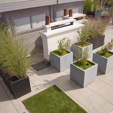 Terrasse dallée avec jardinières