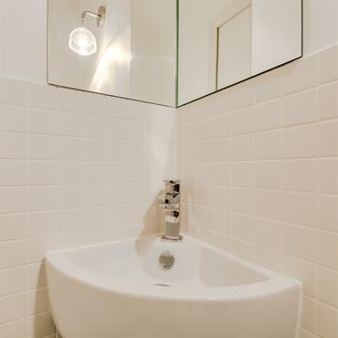 Le carrelage blanc tout simple donne un côté intemporel à la salle d'eau.