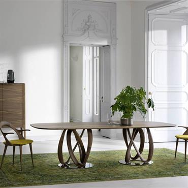 Salle à manger avec boiseries, moulures et meubles design