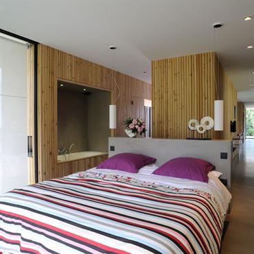 La maison n'est équipée que d'une vraie chambre mais peut se transformer en maison multi chambres en fonction des besoins grâce aux cloisons modulables qui offrent des pièces multi-fonctions.