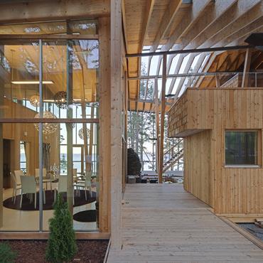 La passerelle d'entrée dans la maison  sépare deux corps distincts, à l'Ouest chambre parentale  sauna salle de bains, salon extérieur, à l'Est suite de réception, salon cuisine, chambres ...