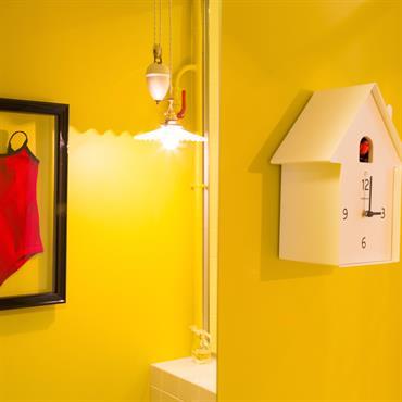 Salle d'eau au mur jaune