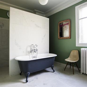 Salle de bain 01, baignoire sur pied ancienne restaurée et douche à l'italienne