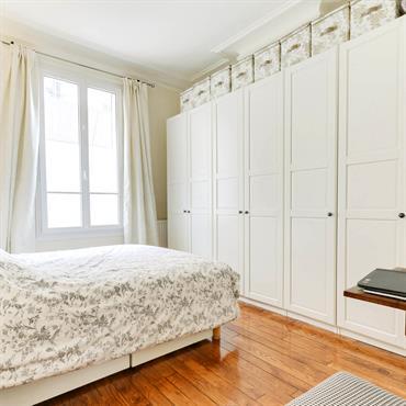 Jolie chambre simple avec parquet et grands rangements