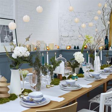 Table de fête décorée en blanc