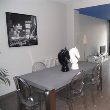 Les tons neutres de blanc et gris donnent un air sobre et intemporel à la salle à manger au mobilier moderne.