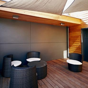 Salon d'extérieur protégé de toiles tendues