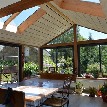 Extension avec un toit en ardoise utilisée comme salle à manger