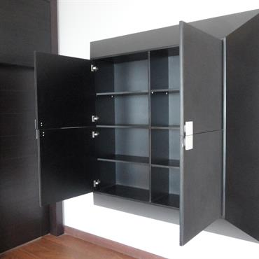 Rangements dans un meuble contemporain noir
